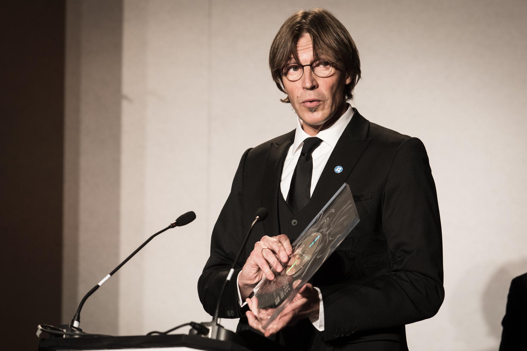 Kaspars Putniņš is presented with the Choral Award