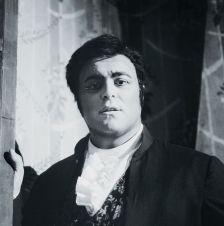 Luciano Pavarotti as Des Grieux in Massenet's Manon (photo: Decca/Erio Piccagliani/Archivio Fotografico, Teatro alla Scala)